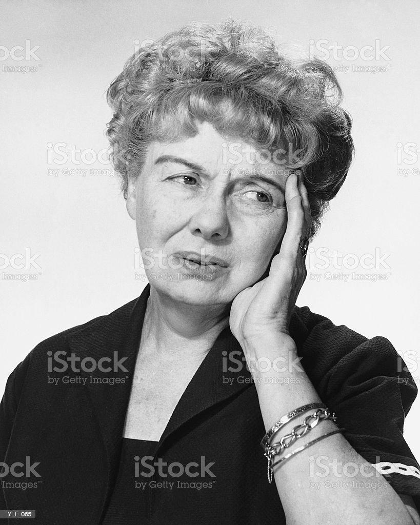 Mujer agarrando la mano a la cabeza foto de stock libre de derechos