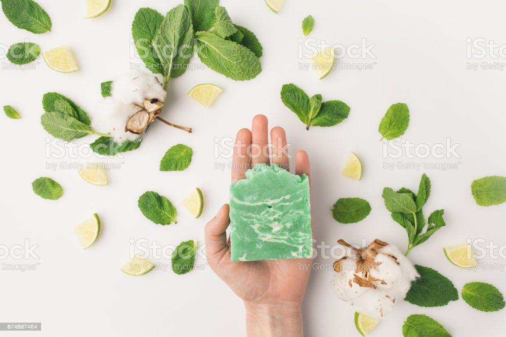 jabón de explotación artesanal de mujer - foto de stock