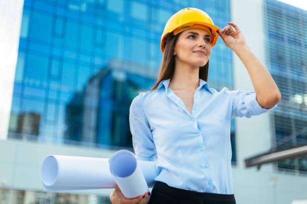 Frau Holding Bauarbeiterhelm – Foto