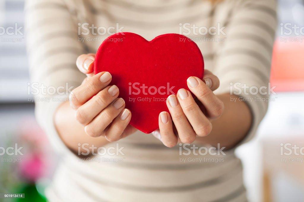 Frau holding heart – Foto