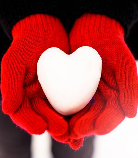 frau mit herzförmigen schneeball, close-up der hände - wintermantel damen wolle stock-fotos und bilder