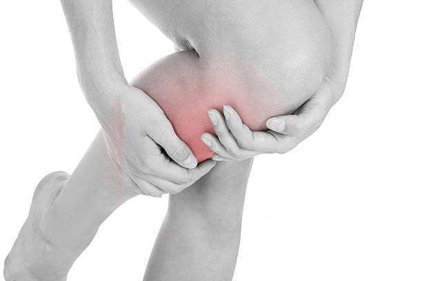 足の怪我をしてもらう女性 - 脛 ストックフォトと画像