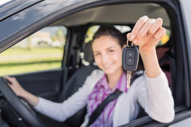 Frau hält ihr neues Auto Autoschlüssel – Foto
