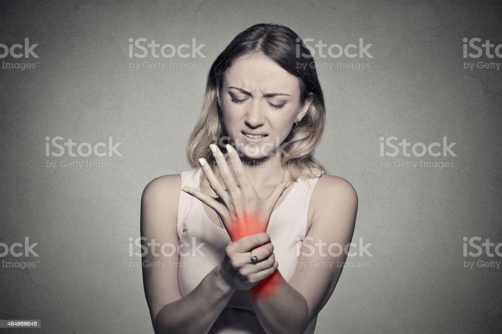 Mujer agarrando su dolor muñeca - foto de stock