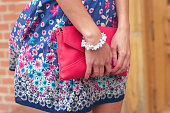 彼女のバッグを持つ女性