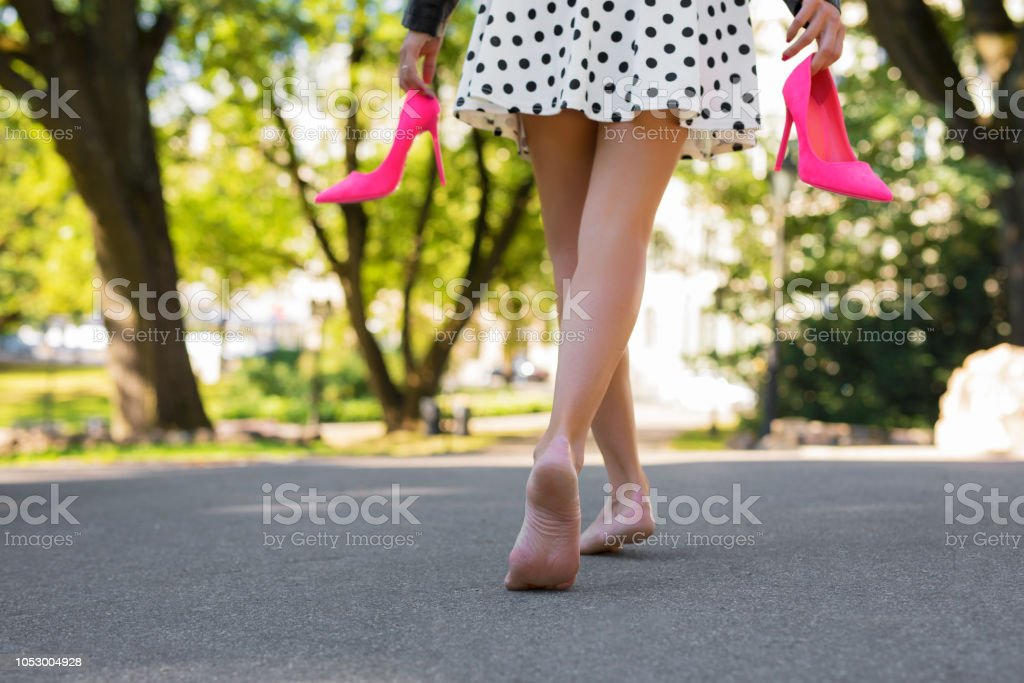 meilleure sélection 5168e df92e Photo libre de droit de Femme Tenant Des Chaussures À Talons ...