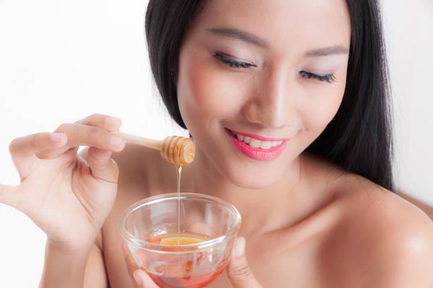Frau mit Honig entfernen einfügen, Frau mit Glas Honig – Foto