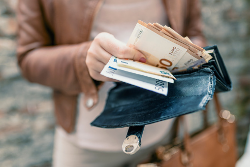 Vrouw In Handen Portemonnee Met Euro Geld Houden Stad Meisje Neemt Uit Geld Van De Portemonnee Stockfoto en meer beelden van Bedrijven financiën en industrie