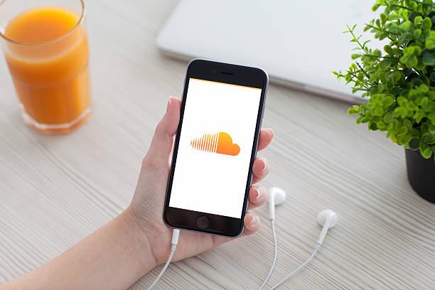 femme tenant iphone 6 avec soundcloud sur l'écran - nuage 6 photos et images de collection