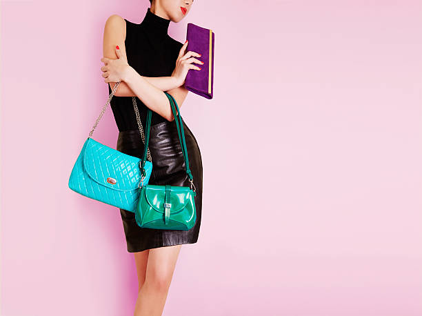 frau hält viele bunte taschen. einkaufsmöglichkeiten. mode bild. - leder handtaschen damen stock-fotos und bilder