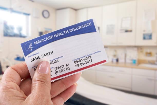 Frau mit Medicare Karte in Arztpraxis – Foto