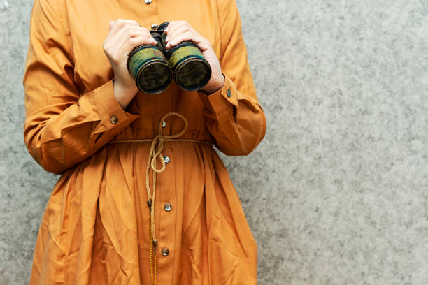 군사 오래된 쌍안경을 들고 여자, 발견 장비. 콜럼버스 의 날 개념. - columbus day 뉴스 사진 이미지