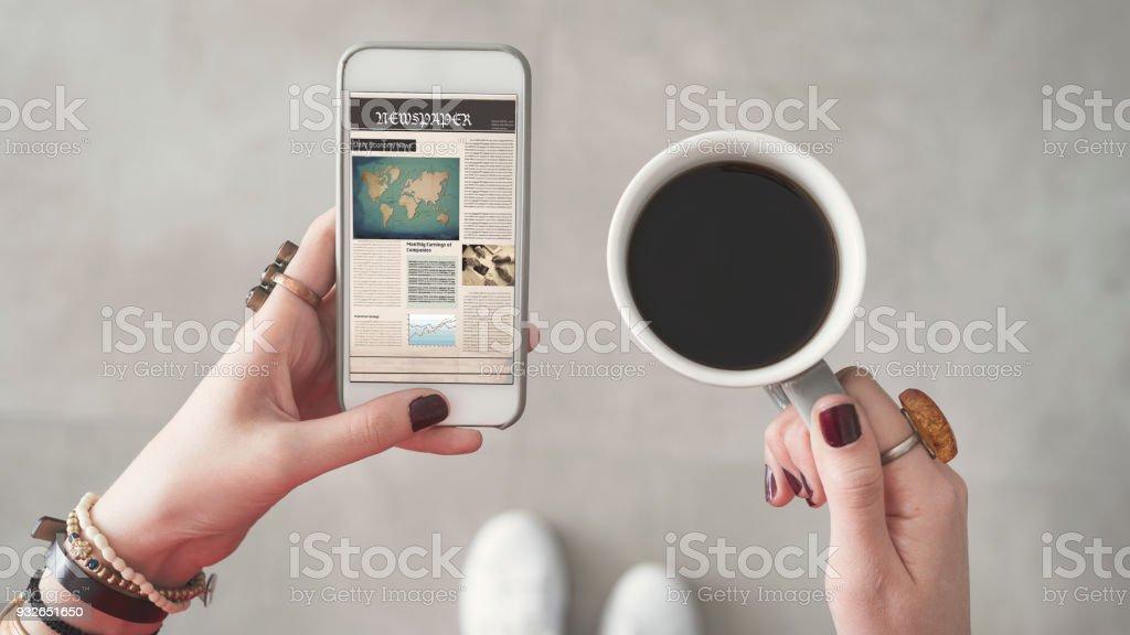 Frau halten Handys und Lesen von Nachrichten vom Bildschirm andere Hand, die Kaffeetasse – Foto