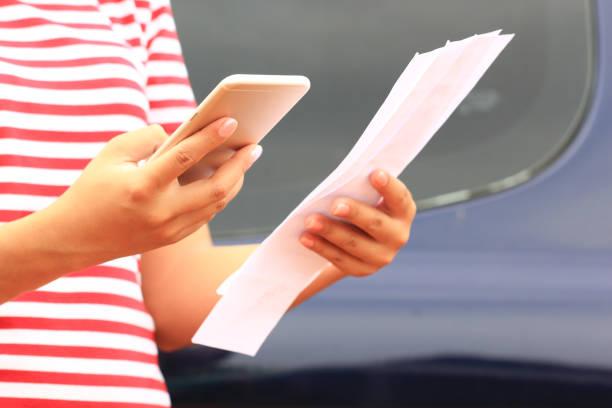 Frau mit Handy mit Dienstprogrammen Rechnungen Papier im home-office – Foto