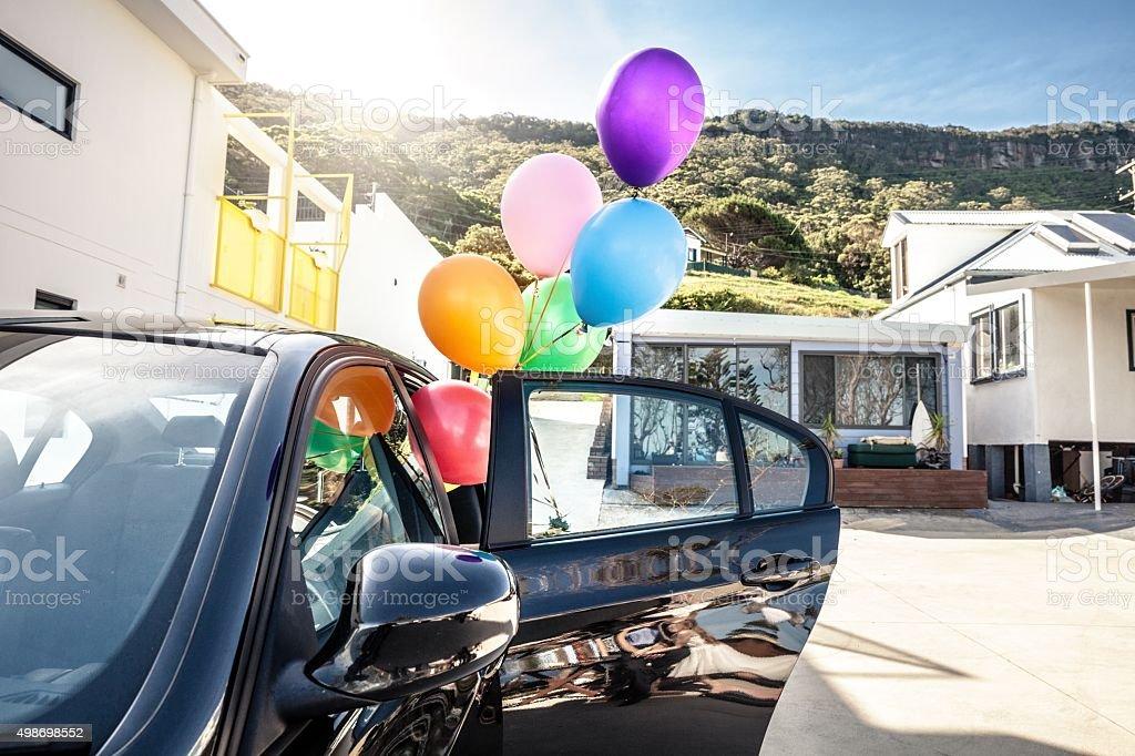 Женщина держит Разноцветные номеров позиций из автомобиля стоковое фото