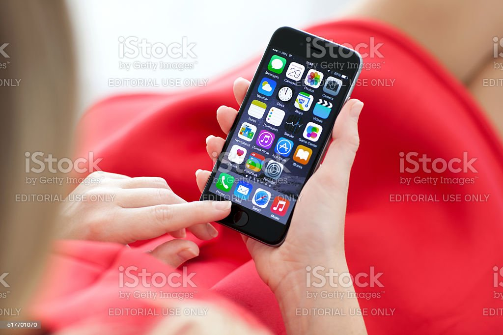 Frau hält neuen Raum Grau iPhone 6 in der Hand – Foto