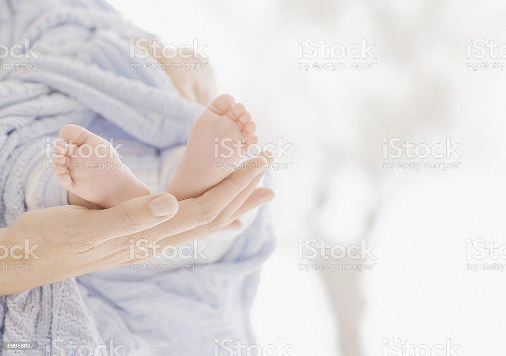 Femme tenant un bébé nouveau-né photo libre de droits