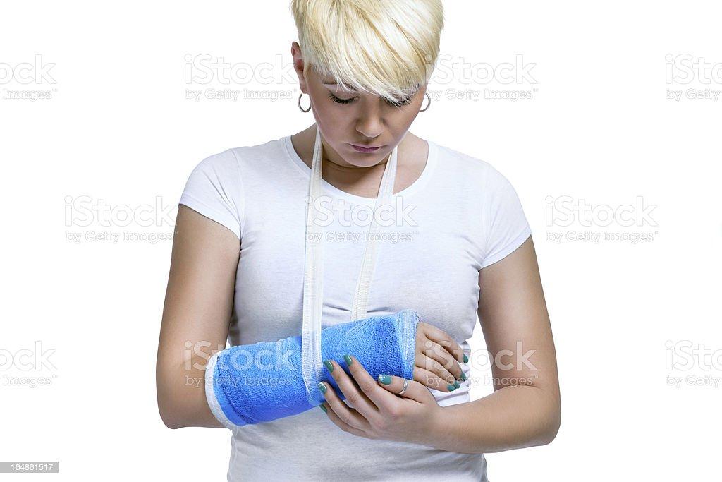 Mujer agarrando doloroso brazo fracturado - foto de stock
