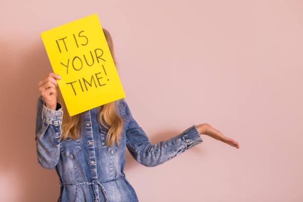 Frau hält Papier mit Text es ist Ihre Zeit – Foto