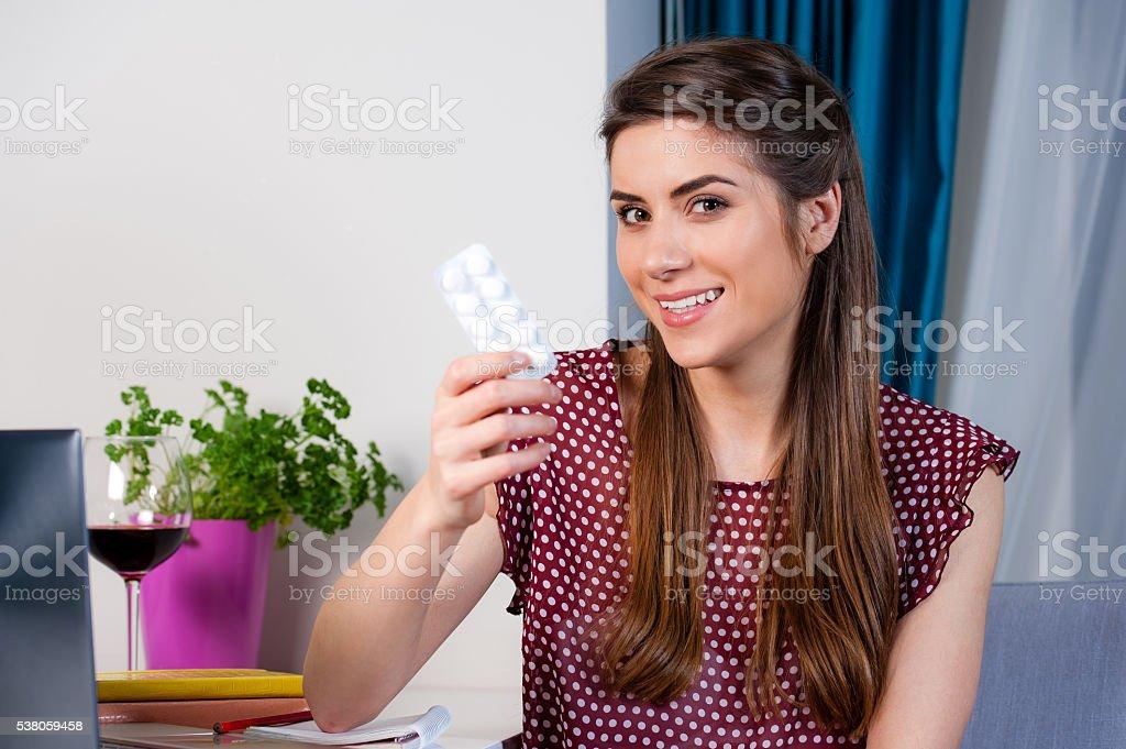 Mujer sosteniendo píldora comprimidos. - foto de stock
