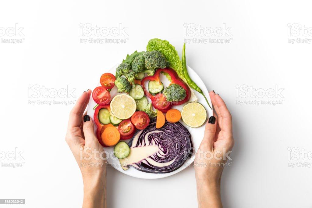 Frau Halteplatte mit Salat – Foto