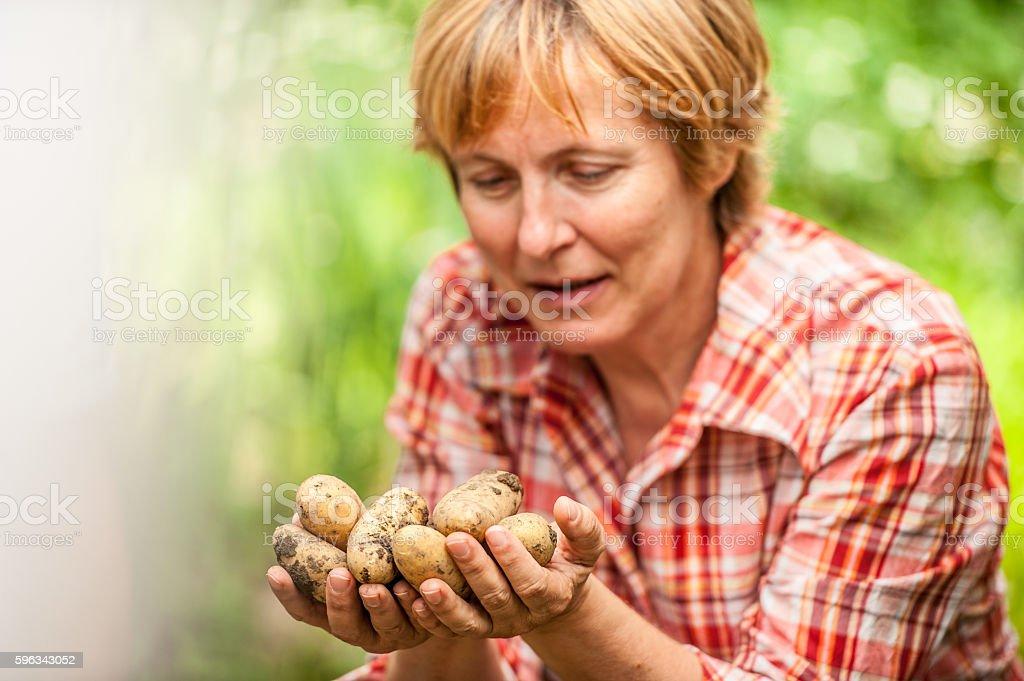 Woman Holding Potatoe in Her Hands Lizenzfreies stock-foto