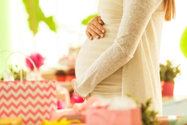 Vrouw met zwangere buik foto
