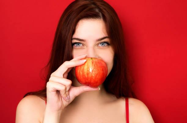 Mujer sosteniendo rojo apple - foto de stock