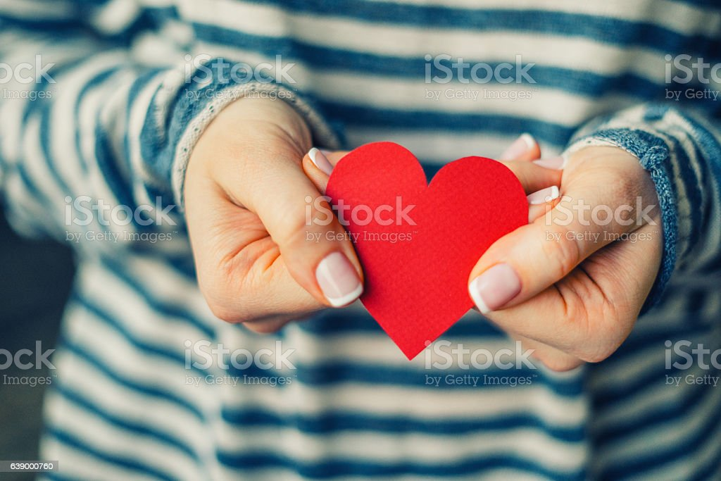 Woman holding red paper heart – Foto