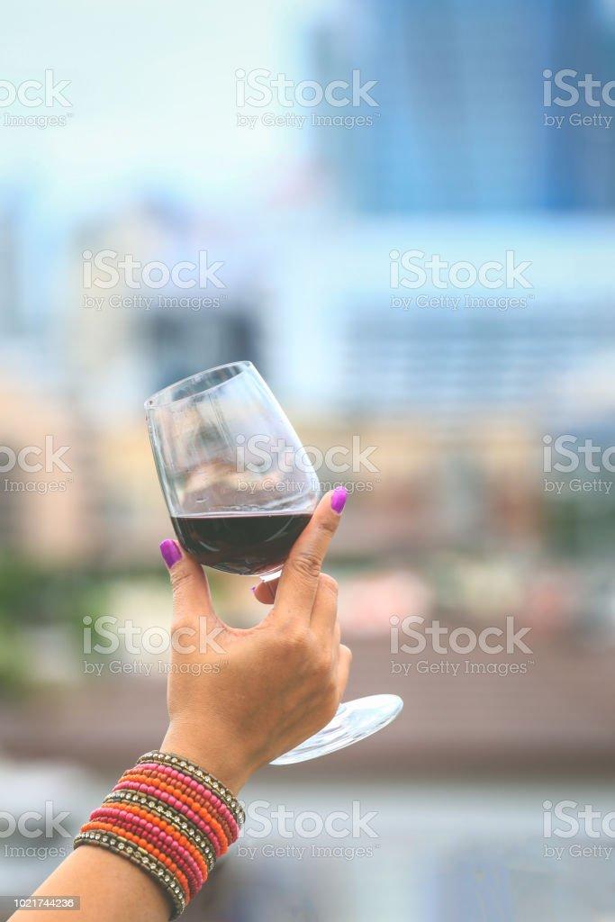 Femme tenant le verre de vin rouge - Photo
