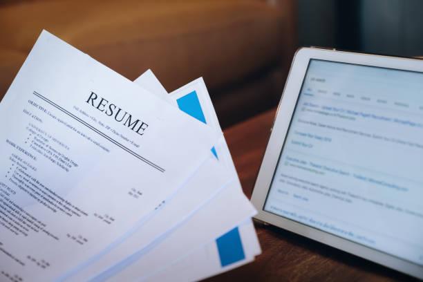 kvinna som håller återuppta ansökan med tablett digital att söka jobb på internet. ansöker om ett jobb-koncept. - curriculum vitae bildbanksfoton och bilder