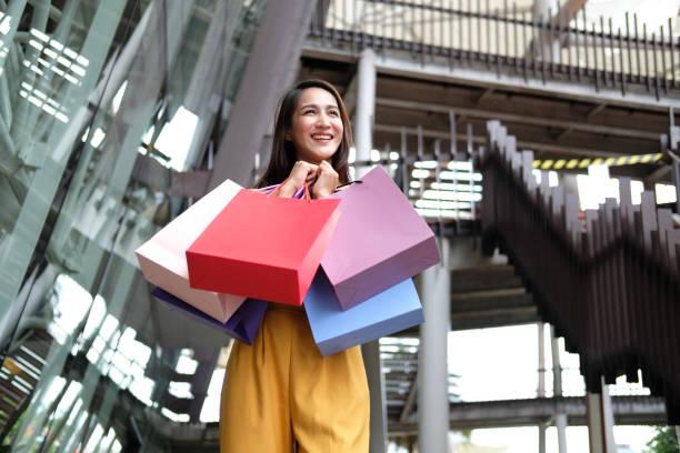 Frau hält Einkaufstaschen. Konsum-Lifestyle in Mall – Foto