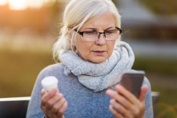 Frau mit Smartphone und Pille Flasche – Foto