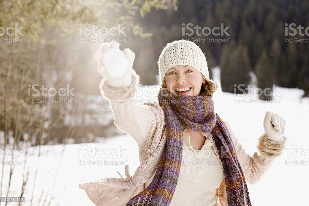 Frau holding Schneeball – Foto