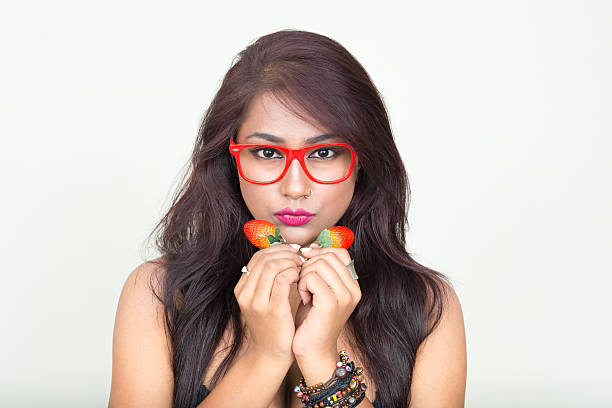 frau holding erdbeeren - brustpiercing stock-fotos und bilder