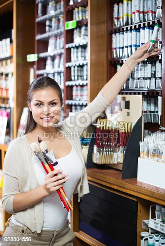 594918592 istock photo Woman holding supplies for painting 628804556