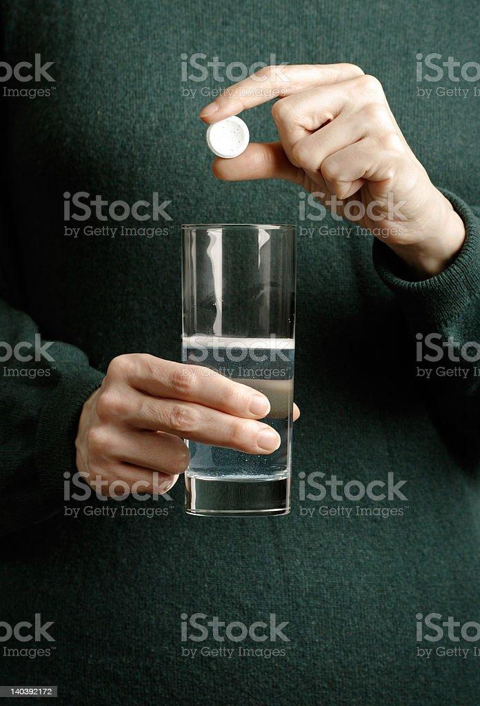 Frau holding tablet und Glas Wasser – Foto