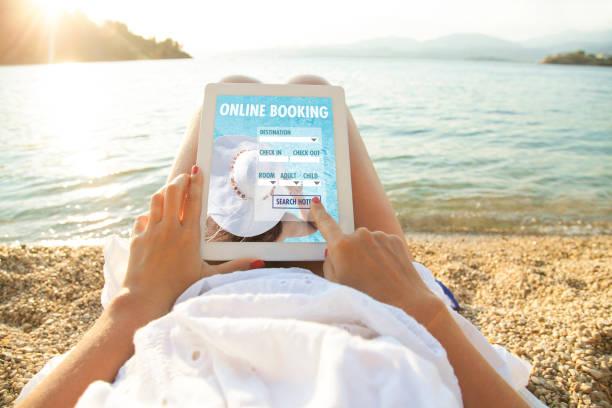 frau mit tablet-pc mit app-hotelbuchung - hotels in der türkei stock-fotos und bilder