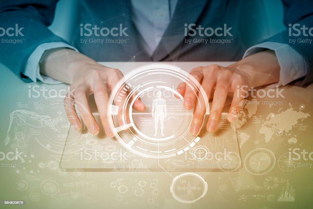 femme tenant la tablette et internet du concept des choses, Ito (Internet des objets), TIC (technologies de l'Information Communication), CPS (Cyber-Physical Systems), Résumé - Photo