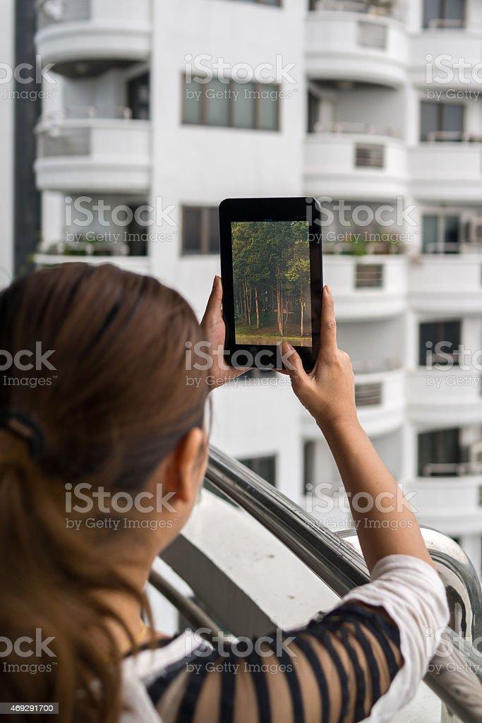 Femme tenant une tablette dans ses mains photo libre de droits