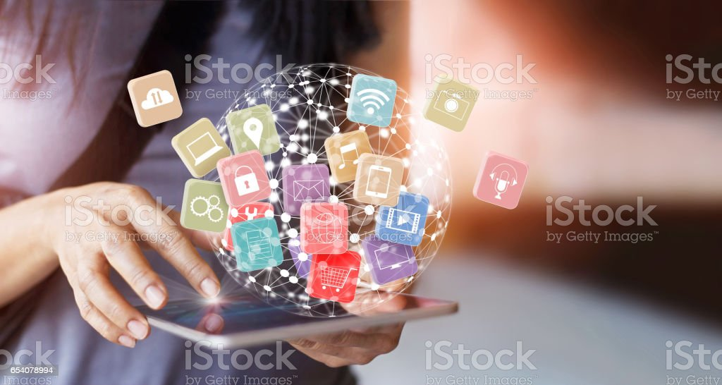 Tablet de exploração mulher on-line bancário tecnologia de rede de comunicação de pagamento 4.0, com ícone global conectar mutichnanel e omnichannel do cliente - foto de acervo