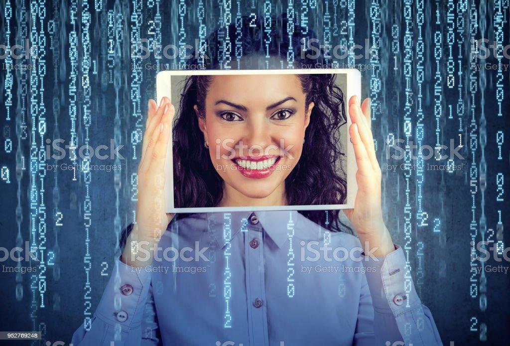 彼女の顔が、画面に表示されると女性持株タブレット ストックフォト