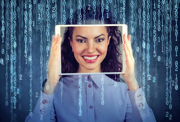 彼女の顔が、画面に表示されると女性持株タブレット - id盗難 ストックフォトと画像