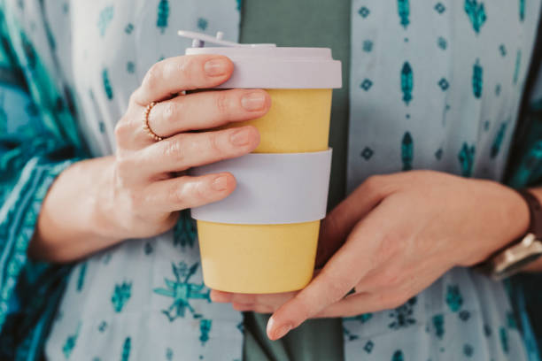 Mujer sosteniendo para ir a sacar la taza de café - foto de stock