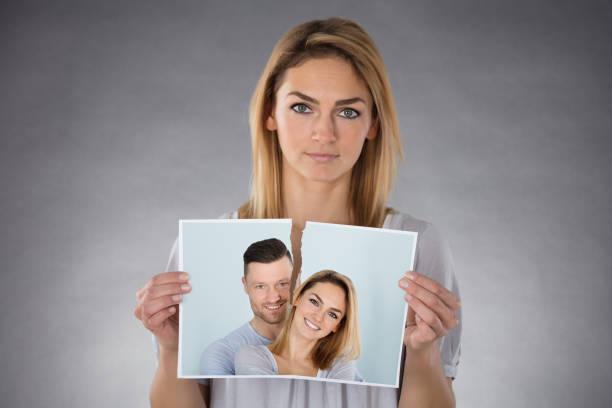 Femme tenant la Photo déchirée - Photo