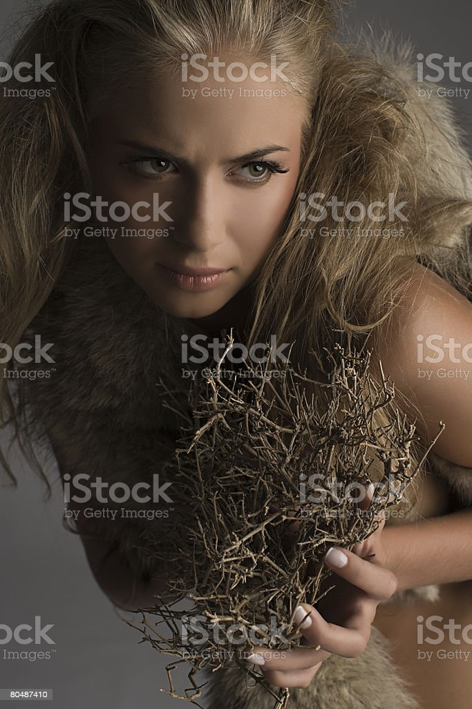"Eine Frau hält ""twigs"" Lizenzfreies stock-foto"