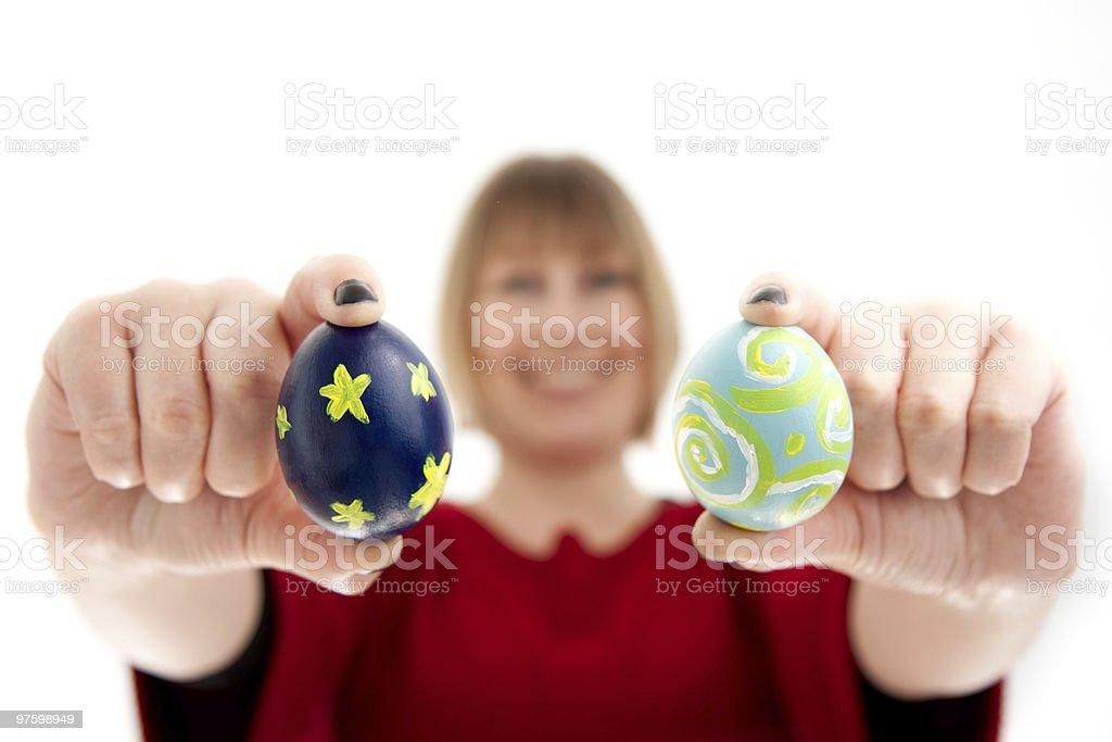 Femme tenant Deux œufs de Pâques photo libre de droits