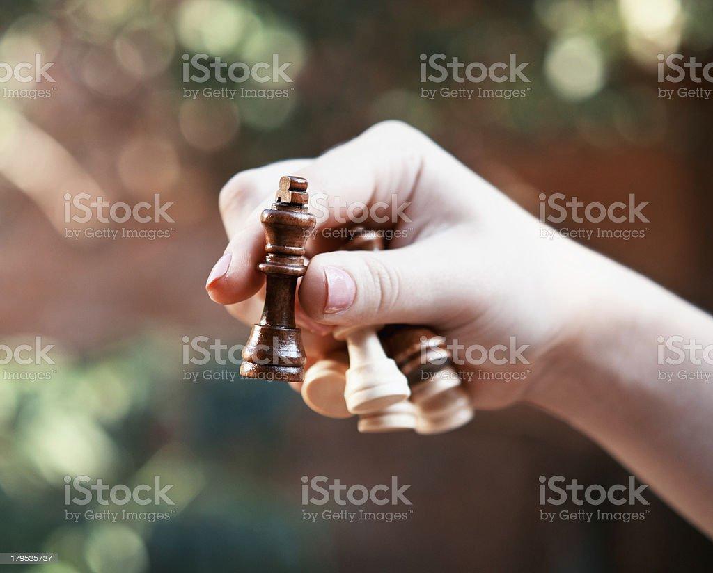 Frau hält Schachfiguren - Lizenzfrei Bauer Stock-Foto