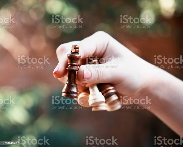 Frau Hält Schachfiguren Stockfoto und mehr Bilder von Bauer