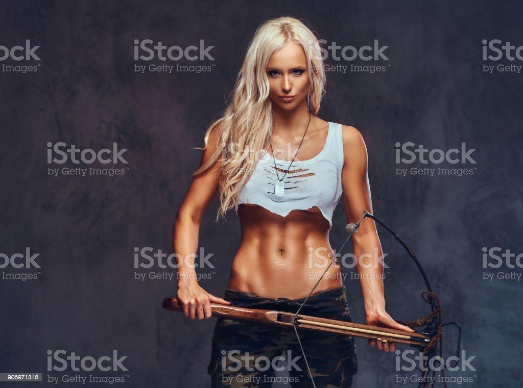Une femme tient arbalète. - Photo